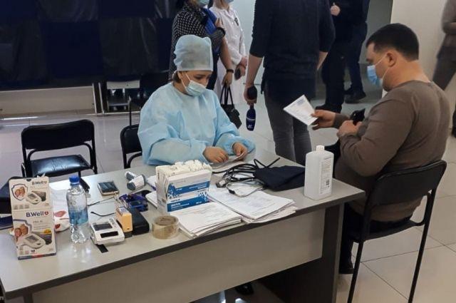 Для вакцинации в торговом центре было выделено 700 доз вакцины.