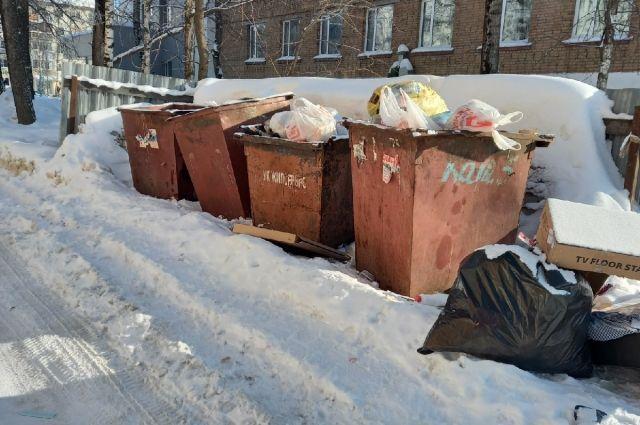 Учащиеся вуза ежедневно рискуют жизнью, чтобы добраться до корпуса, расположенного по улице Катаева, д.9.