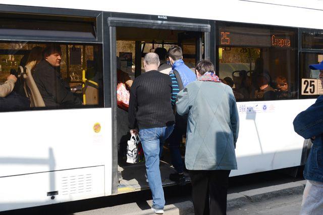 В часы пик трудно уехать как на маршрутке. так и на автобусе.