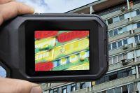 Снимок дома, сделанный с помощью тепловизора, покажет, где тепло утекает на улицу.