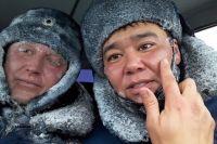 Выводивший машины из затора на заснеженной трассе в Оренбуржье полицейский получил обморожение.