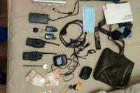 В квартире жителя Оренбурга обнаружены деньги, «захватчики кода» автосигнализации, радиостанции.