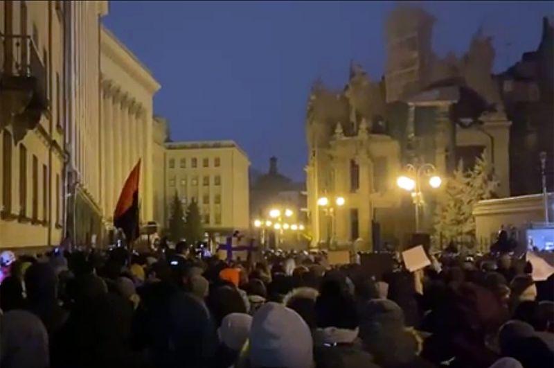 Радикалы применяли газовые баллончики и бросали в полицейских файеры в ходе беспорядков в центре Киева. Пострадали несколько правоохранителей, у них ожоги глаз.
