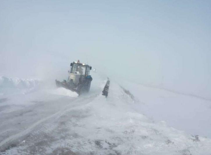 На помощь замерзающим людям двинулась тяжёлая техника - тракторы, грейдеры и пожарные автомобили.