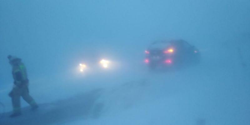 Метели с ветром до 25 м/с начались в Челябинской области ещё 23 февраля. Автомобилистов попросили не выезжать на трассы, но послушались не все.