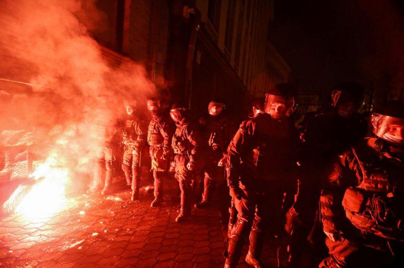 Сторонники националиста Сергея Стерненко устроили драку с правоохранителями во время митинга у здания администрации президента в Киеве.