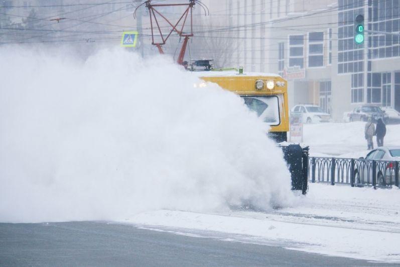 Непросто приходится и тем, кто находится в городах. Снег заметает трамвайные пути. Так рельсы чистят в Магнитогорске.