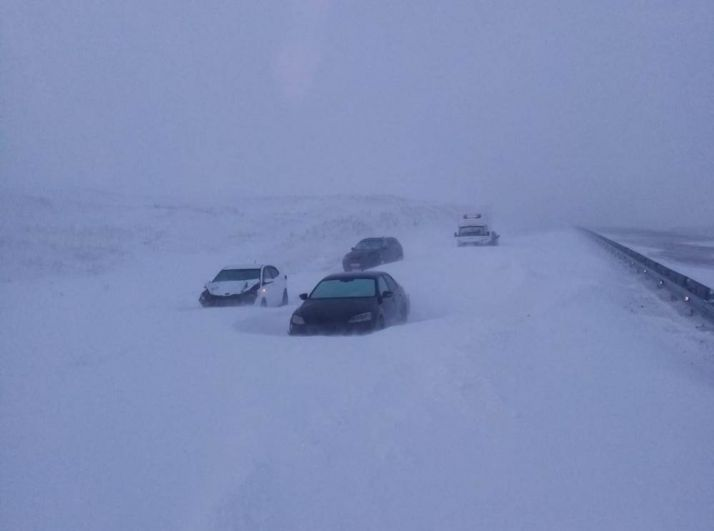 На юге области трассы так замело, что автомобили оказались в ловушке.