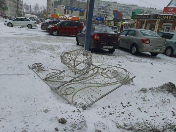 Шквалистый ветер в Челябинске сорвал новогодние украшения.