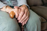 О том, что происходит в пансионатах для пожилых, стало сложнее узнать из-за пандемии COVID-19, ставшей удобным предлогом не пускать посторонних