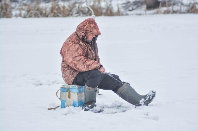 Любители подводной ловли рискуют провалиться под лёд.