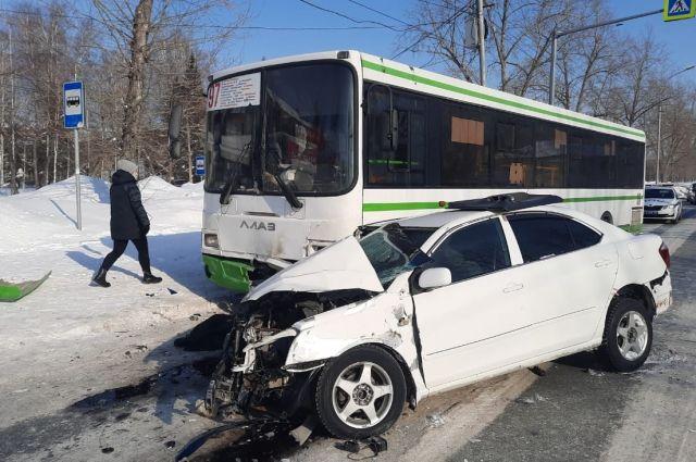 Иномарка врезалась во встречный автобус.