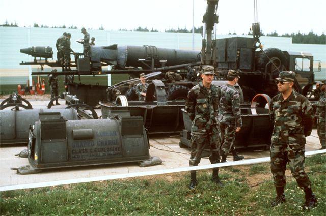 Американские солдаты на фоне ракеты Pershing II в Европе.