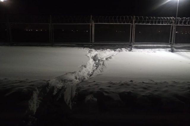 Мужчина лежал на льду Камы и не мог встать.
