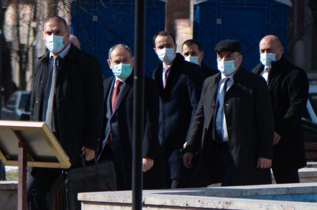 Премьер-министр Армении Никол Пашинян (второй слева) идет к правительственному зданию