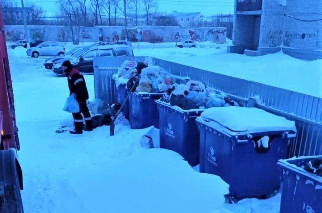 В Тюменской области мусоровозы перешли на усиленный режим работы