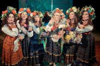 К костюмам девушки относятся серьёзно: из Москвы могут ткань заказать, из Калининграда – головные уборы.