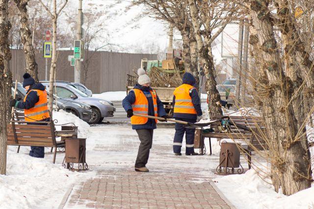 Из-за снежной зимы компании чаще стали нуждаться в дворниках.