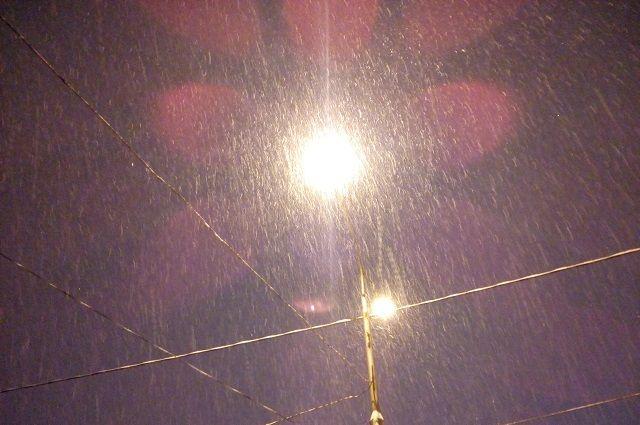 Автомобиль «скорой» не смог подъехать к дому оренбурженки из-за заваленных снегом дорог.