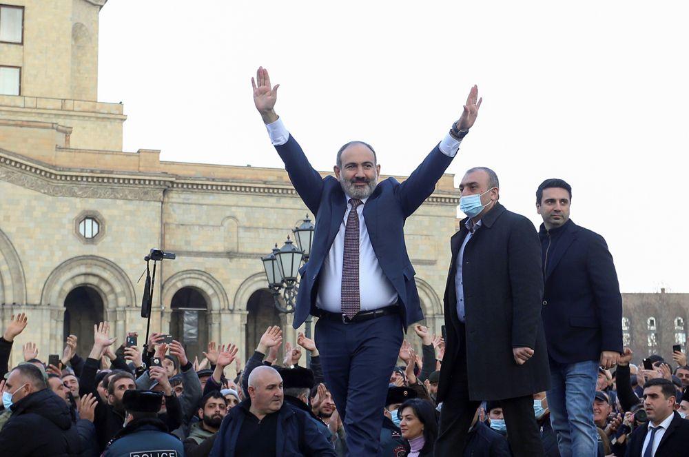 Премьер-министр Армении Никол Пашинян встретился сосвоими сторонниками вЕреване.