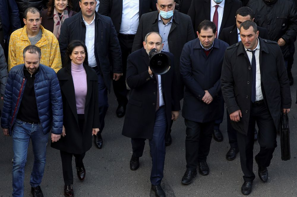 Премьер-министр Армении Никол Пашинян иего сторонники прошли маршем вЕреване.