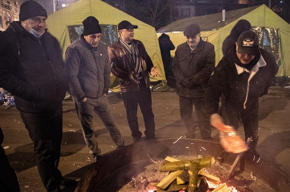 Оппозиционные активисты в палаточном лагере на проспекте Баграмяна у здания Национального собрания Армении в Еревaне.