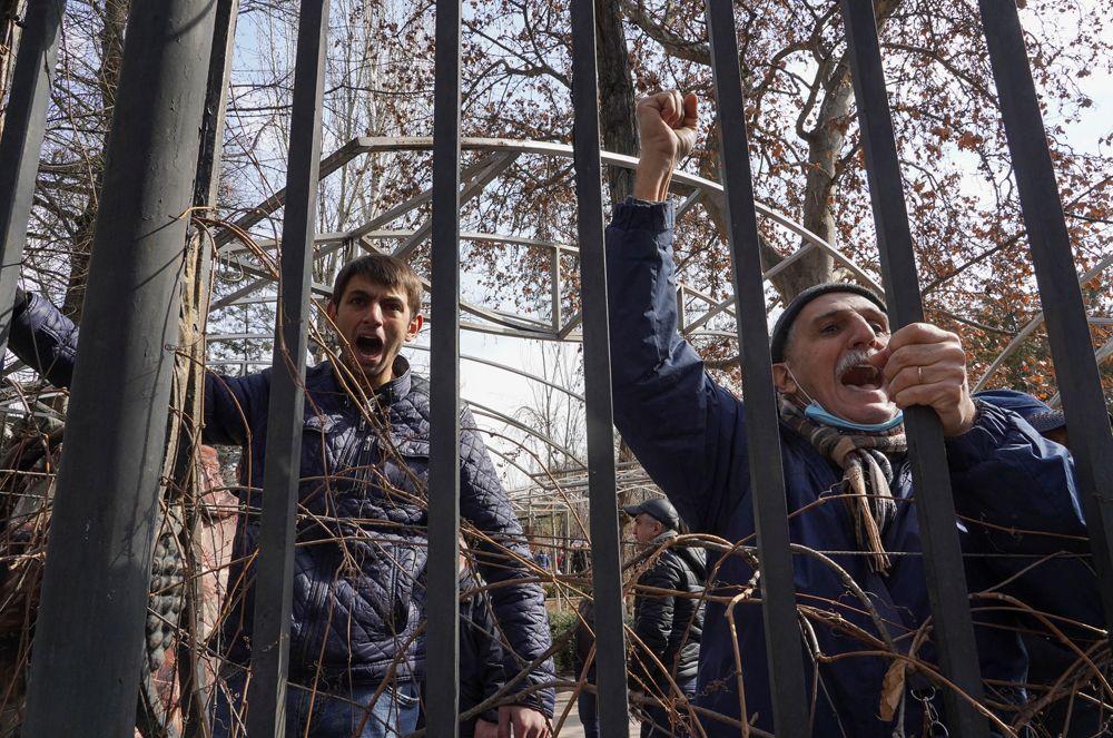 Сторонники и противники премьер-министра Армении Никола Пашиняна спорят во время митинга в Ереване.