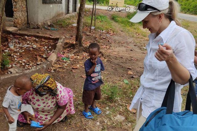 Отправляясь в поездку в Танзанию, женщина взяла с собой большую сумку с детскими сланцами, тетрадками и карандашами.