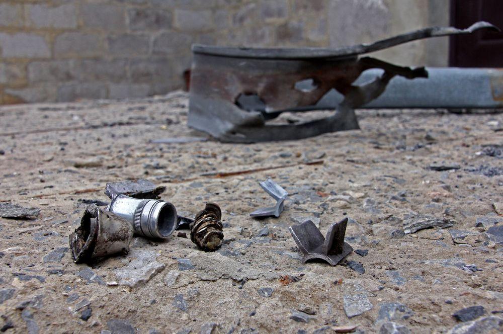 Осколки снарядов, разорвавшихся возле дома в поселке Еленовка.