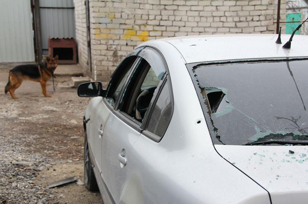 Поврежденная артобстрелом машина в поселке Еленовка.
