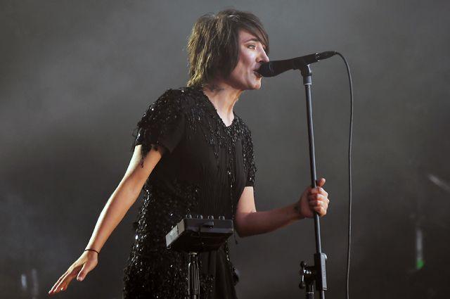 Певица Земфира вовремя выступления намузыкальном фестивале под открытым небом «Пикник «Афиши» вмузее-заповеднике «Коломенское».