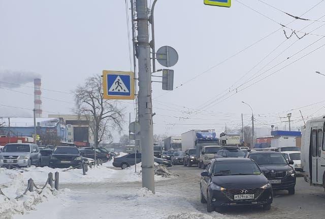 В Новосибирске, на улице Станционной, автобус столкнулся с двумя легковыми автомобилями Skoda и Hyundai, которые затормозили перед пешеходным переходом.