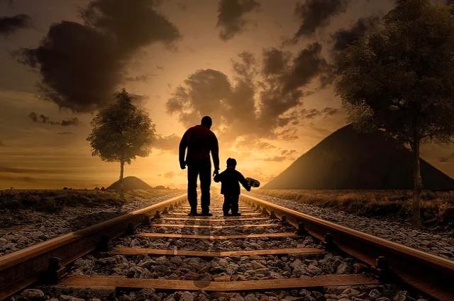 Она переходила пути вместе с отцом.