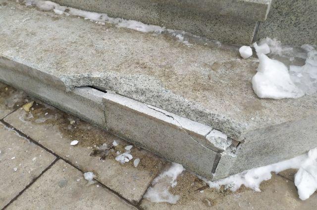 Оренбуржцы заметили, что на спуске появились очередные трещины после морозов.