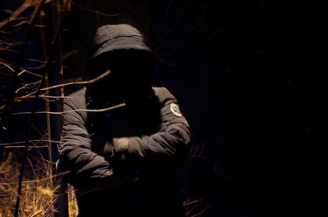 По версии следствия, он затащил жертву в кусты, угрожая ей ножом.