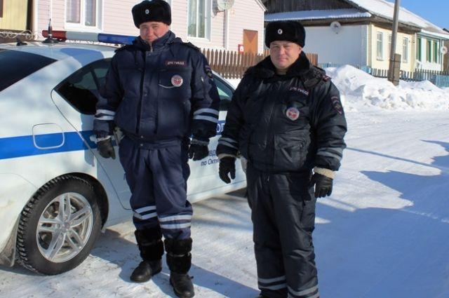 Капитан полиции Ильгиз Закрулин и старший лейтенант Евгений Игошев вывели людей из горящего дома.