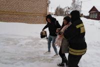 Оренбургские пожарные спасли беременную пассажирку такси, застрявшего на заснеженной трассе под Бузулуком.