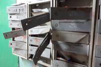 В одном из домов Оренбурга вандалы испортили блок навесными почтовыми ящиками.