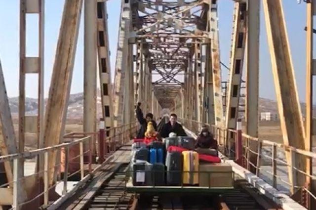 Российские дипломаты используют дрезину при пересечении демаркационной линии между Северной Кореей и Россией.
