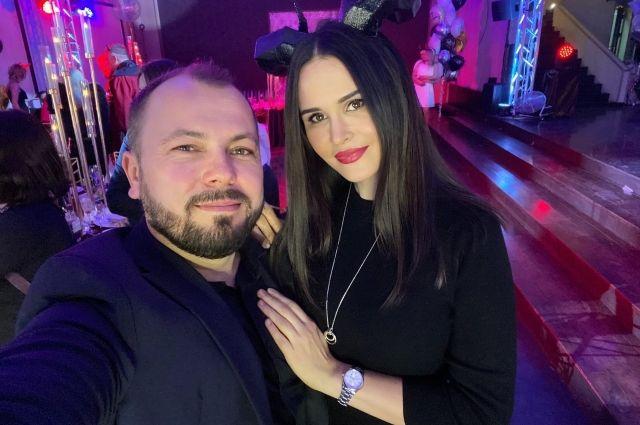 Несмотря на смерть жены певец смог вернуться в Красноярск и выступить на сцене.