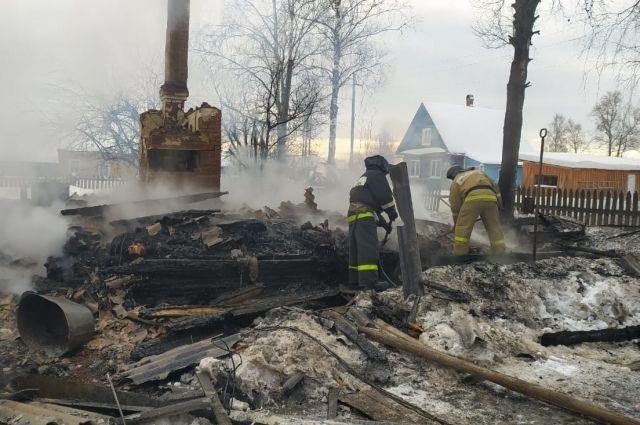 Дом полностью уничтожен огнём.