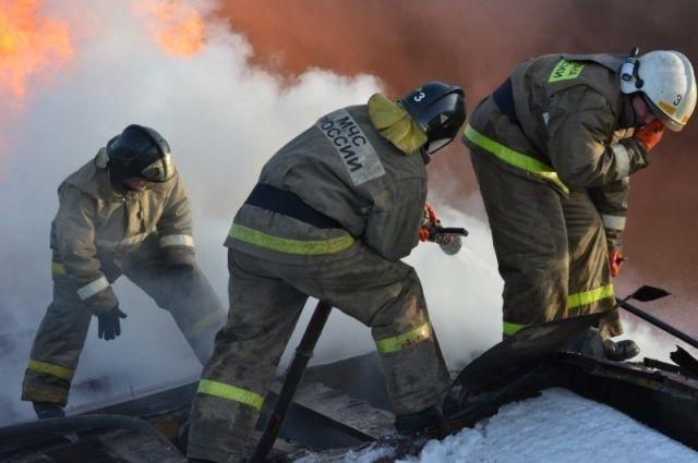 Площадь пожара распространилась на 450 квадратных метров, сгорели автомобили.