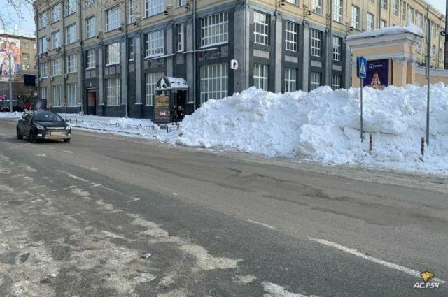 Новосибирцы пожаловались на гору снега, под которой полностью скрылся пешеходный переход около кинотеатра «Победа» на улице Ленина.