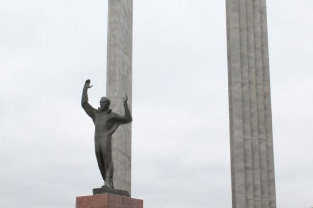 Вандалы в Оренбурге измазали краской постамент.