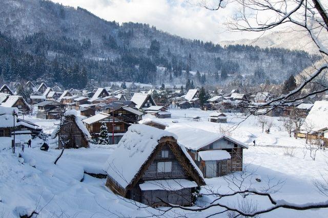В своем доме всегда есть, чем заняться: то печку топить пора, то снег чистить.