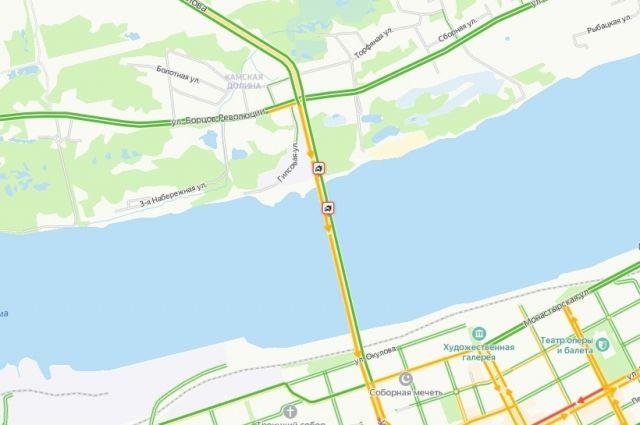 На мосту столкнулись машины.