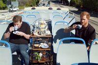 Принц Гарри дает интервью Джеймсу Кордену в туристическом автобусе.