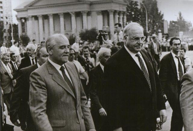В 1990 году Михаил Горбачёв привёз на Ставрополье канцлера Германии Гельмута Коля.