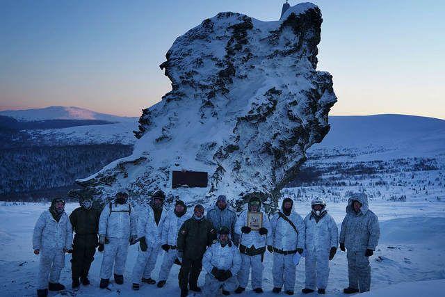 После холодной ночевки участники поднялись на перевал Дятлова. Фото Сергея Коляскина.