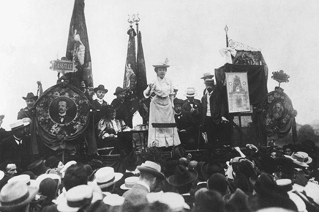 Роза Люксембург выступает на 7-м конгрессе Второго интернационала в г. Штутгарт (Германская империя), 1907 г.